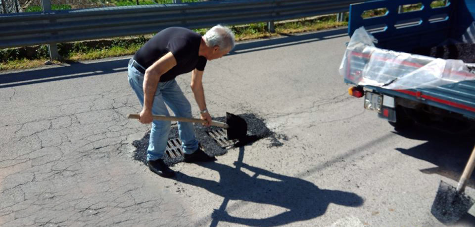 Formia / Buche per le strade ma il Comune non interviene: ci pensano i residenti di Acqualonga