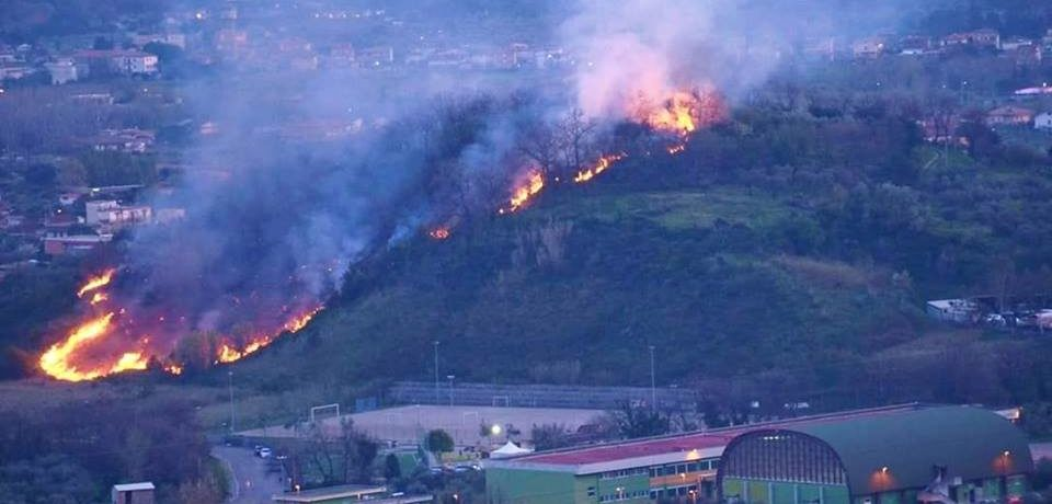 Formia / Paura a Penitro per un vasto incendio