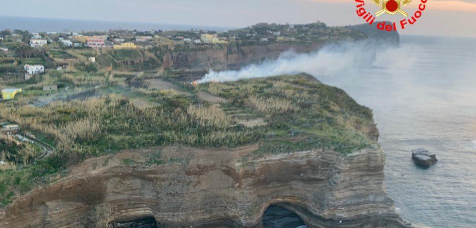 Ventotene / Vasto incendio a Parata Grande, distrutti 5 ettari di macchia mediterranea [VIDEO]