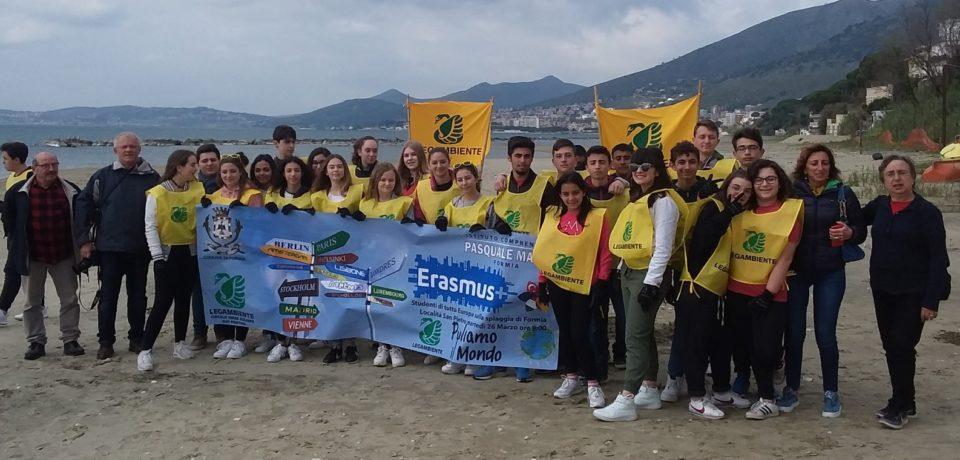 """Formia / """"Puliamo il Mondo 2019"""", trenta ragazzi scendono in spiaggia per l'ambiente"""