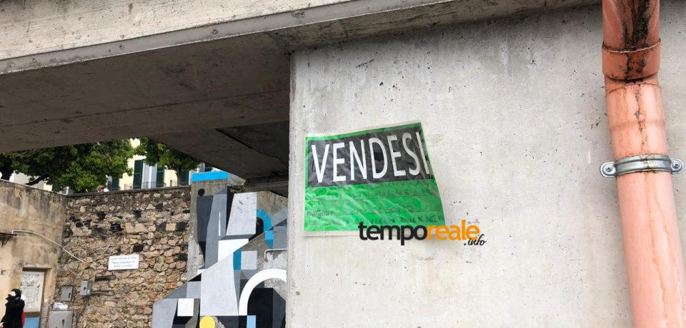 """Formia / Parcheggio multipiano, spunta un cartello """"Vendesi"""""""