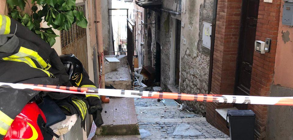 Minturno / Esplosione in un'abitazione del centro storico, un ferito grave [VIDEO]