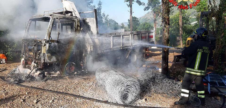 Monte San Biagio / Esplosione in un cantiere, incendiati due mezzi