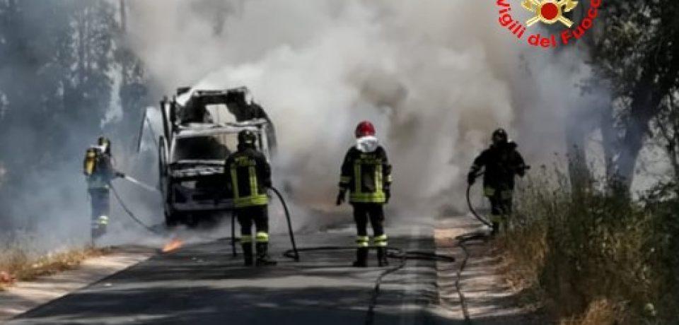 Sabaudia / Incendiato un furgone, intervengono i vigili del fuoco [VIDEO]