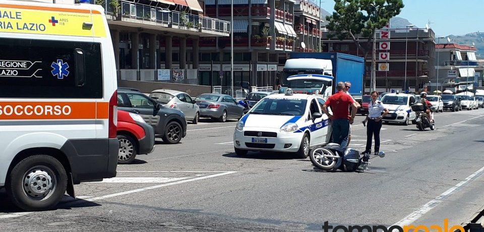 Formia / Scooter tamponato da un furgone, ferito un giovane