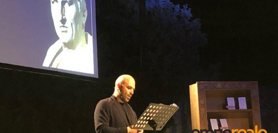 """Formia / """"Ignorate l'odio, restate umani"""": il messaggio di Roberto Saviano dalla Tomba di Cicerone [VIDEO]"""