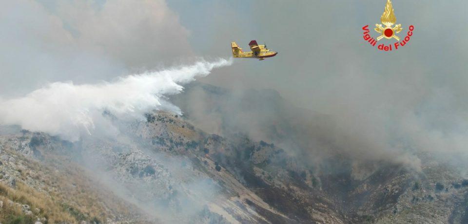 Formia / Brucia il Monte Redentore, salvate 15 persone