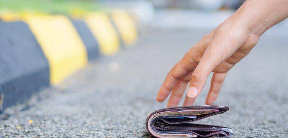 Formia / Giovane trova portafoglio a Panorama e lo restituisce al proprietario