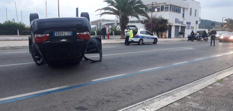 Incidente stradale a Scauri: auto si capovolge sul lungomare