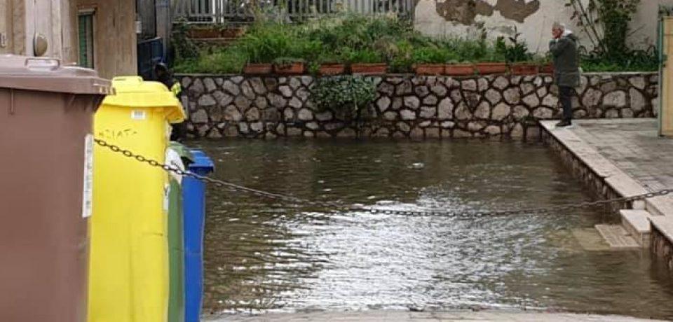 Gaeta / Città allagata, Mitrano inaugura le luminarie sotto un forte temporale