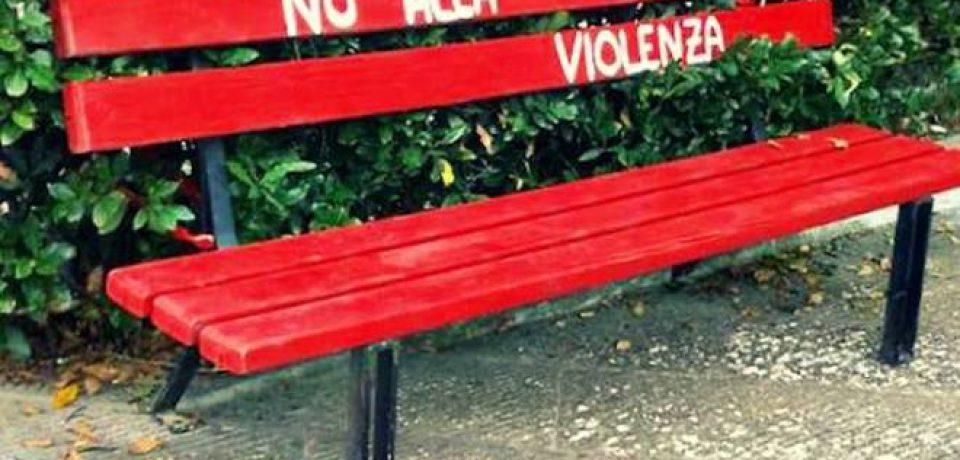 """Formia / Inaugura la """"Panchina Rossa"""" contro la violenza di genere"""