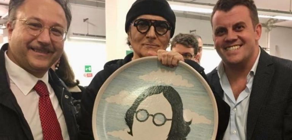 """Renato Zero premiato per la canzone """"Il Cielo"""" da una delegazione di Ventotene [VIDEO]"""