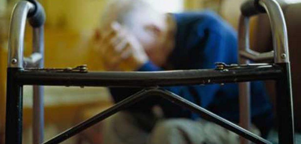 Gaeta / Anziano disabile raggirato e abbandonato, badante denunciata