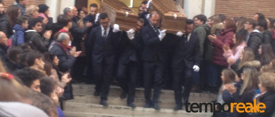 Formia / Omicidio-suicidio di Piazza Mattej: in tanti ai funerali di Fausta Forcina e Giuseppe Gionta