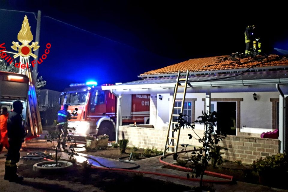 Fondi / Incendio in un'abitazione, intervengono i vigili del fuoco
