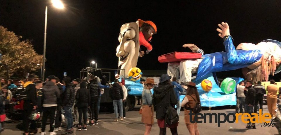 Scauri / Cade dal carro di Carnevale, è grave
