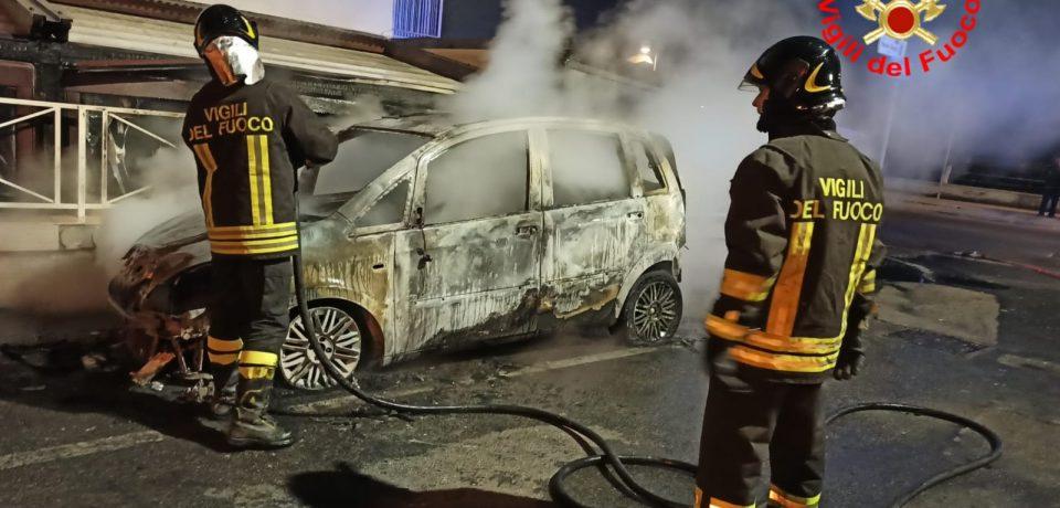 Minturno / Auto incendiata nella notte, intervengono i vigili del fuoco